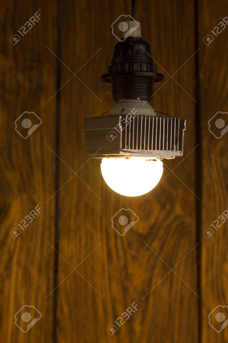 Avec Un ElleAssemblage À La Sphérique Lampe Dissipateur Rapide Et Led Diffuseur Laid Main Énorme Sur Diy Puissance En SalissantHaute Demi xrdCoeBW