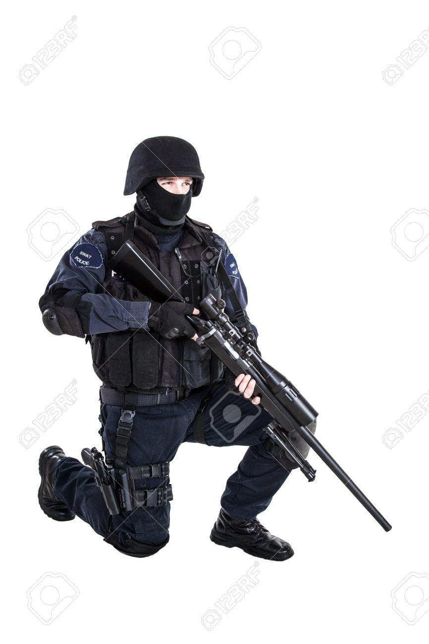 Armas Especiales Y Tácticas (SWAT) Oficial De Equipo Con El Rifle De ...