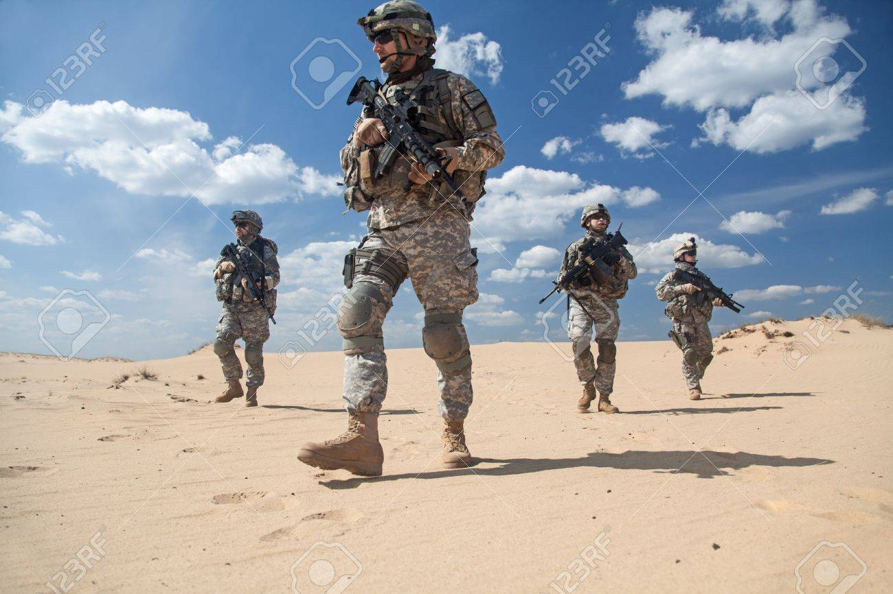 United States paratroopers airborne infantrymen in action in the desert - 41199417