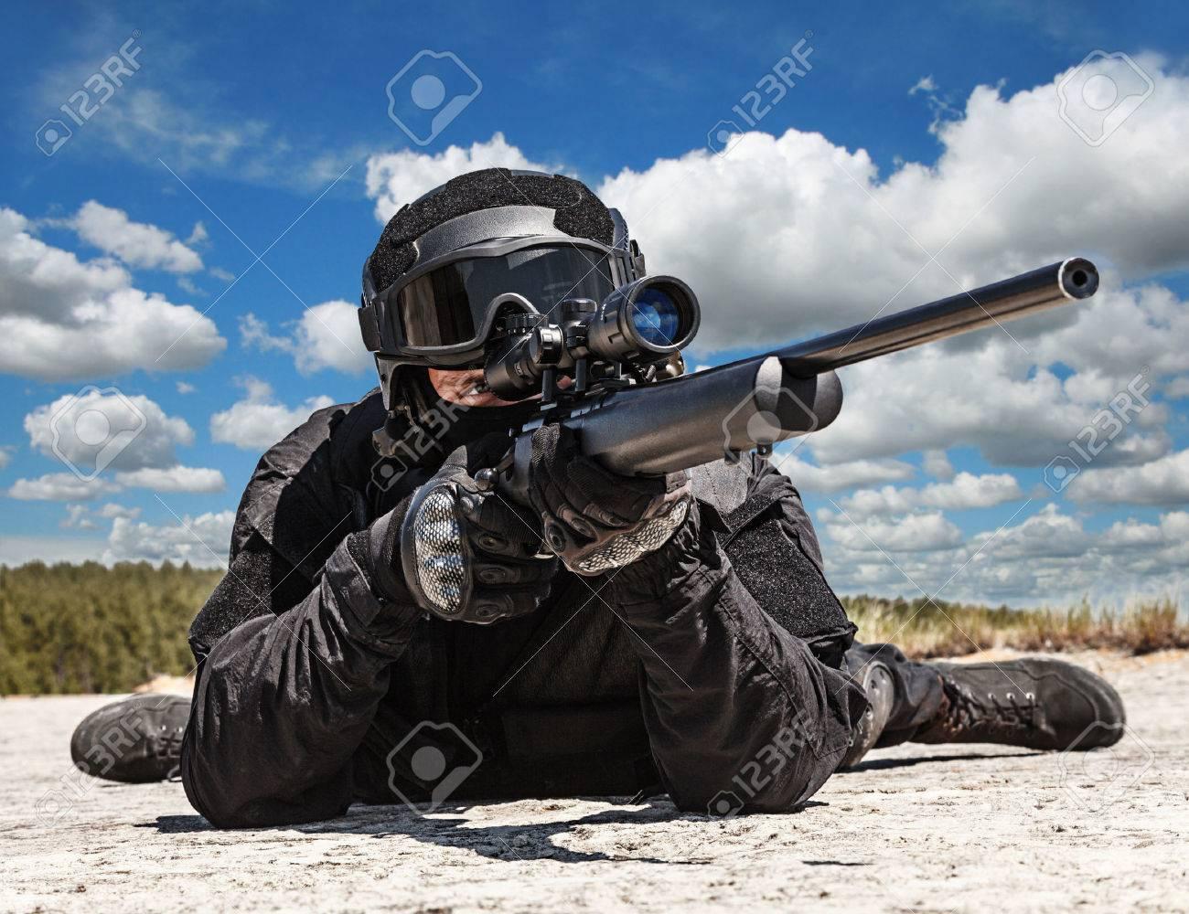 Francotirador Policía SWAT En Uniforme Negro En La Acción Fotos ...