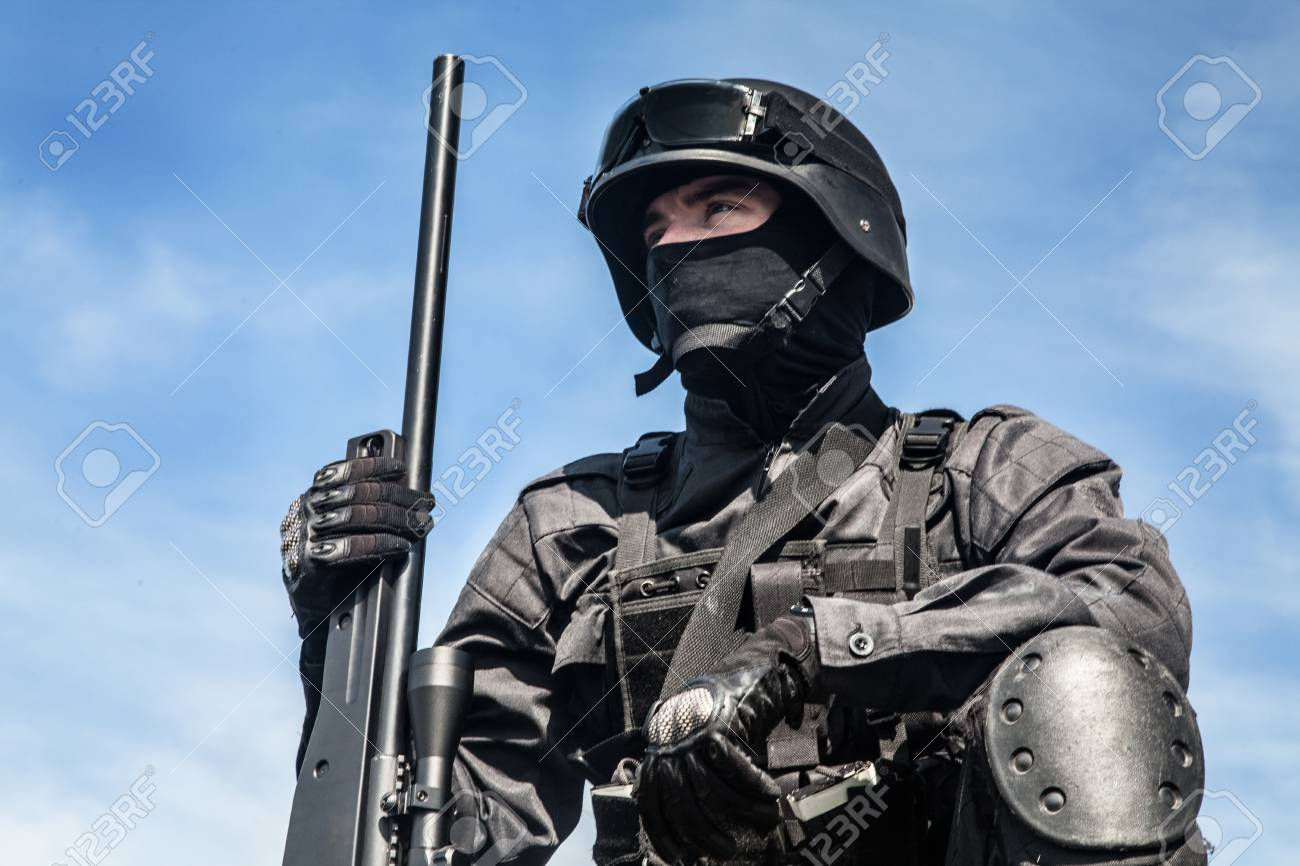 SWAT Francotirador De La Policía En Uniforme Negro En La Acción ...