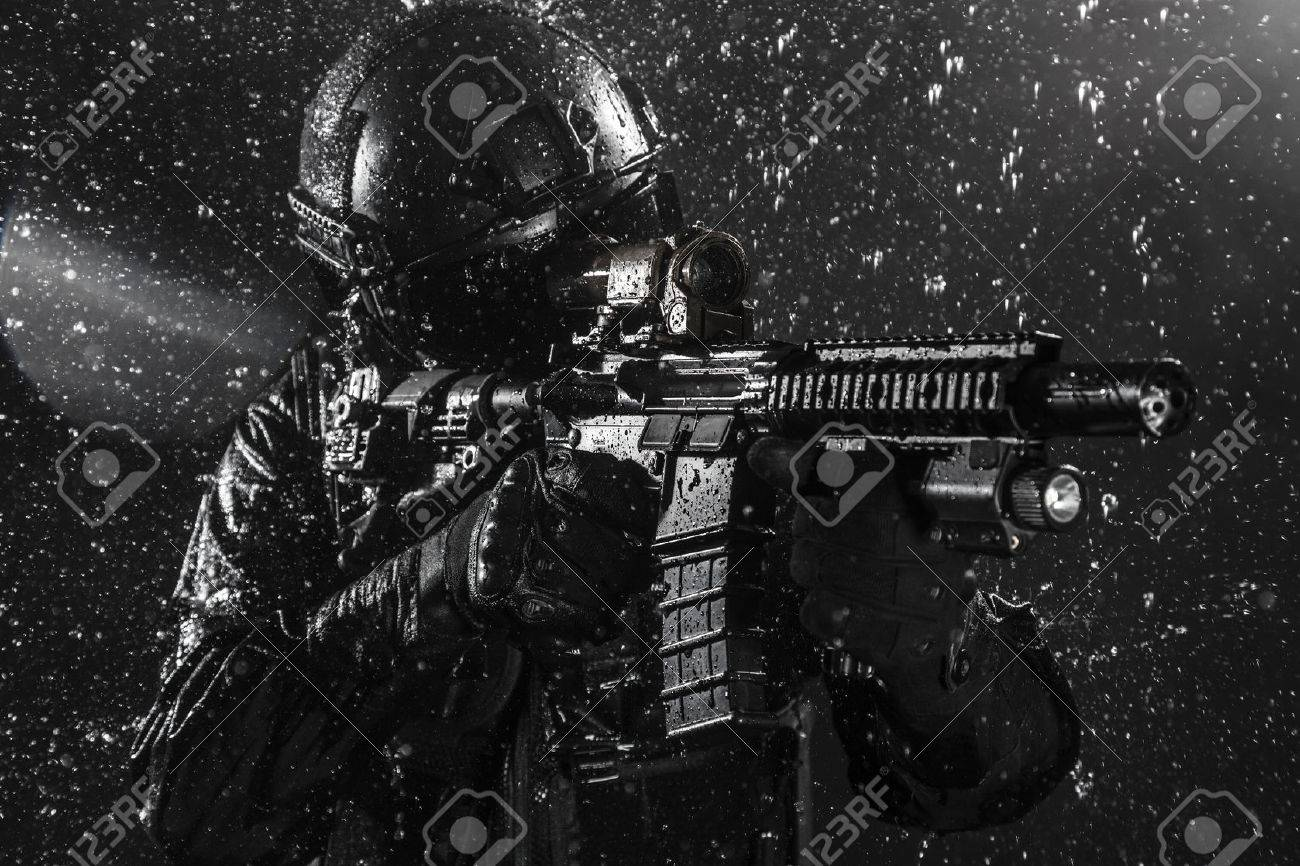 Spec ops police officer SWAT in the rain - 55386778