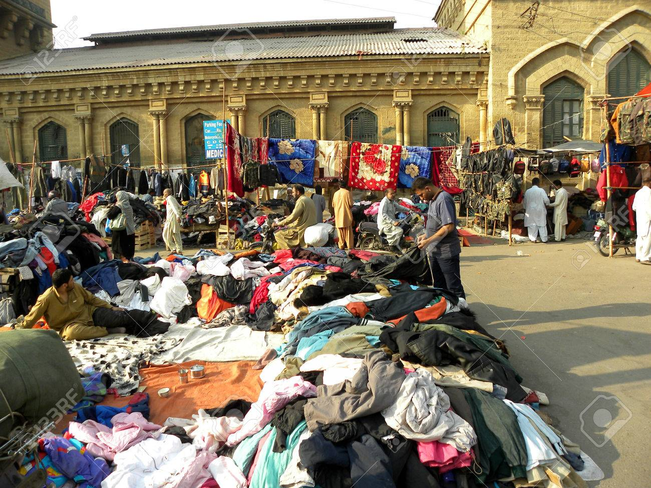 Karachi Pakistan_peoplee Towards Markets To Buy Warm Cloths Blankets In  Cheap Prices Here On Monday Karachi