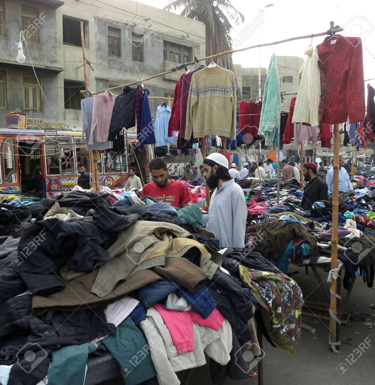 Karachi Pakistan_peoplee Towards Markets To Buy Warm Cloths Blankets In  Cheap Prices Here On Monday Karachi Gpa