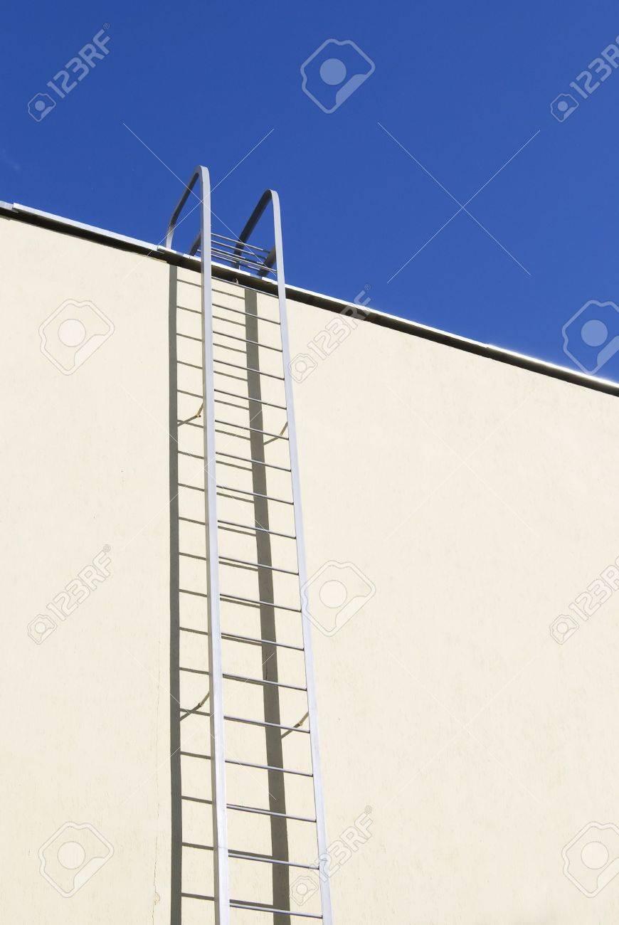 Staal Nood Ladder Omhoog Van De Aarde Naar De Blauwe Hemel ...