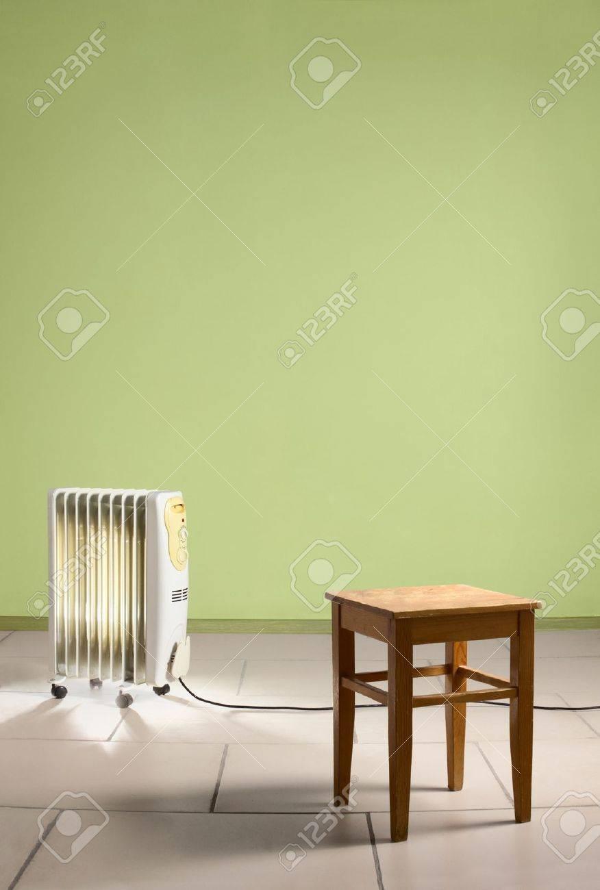 Leerer Raum Mit Heizung Und Strom Heizkörper Holzstuhl Grüne Wände - Steinfliesen für den boden
