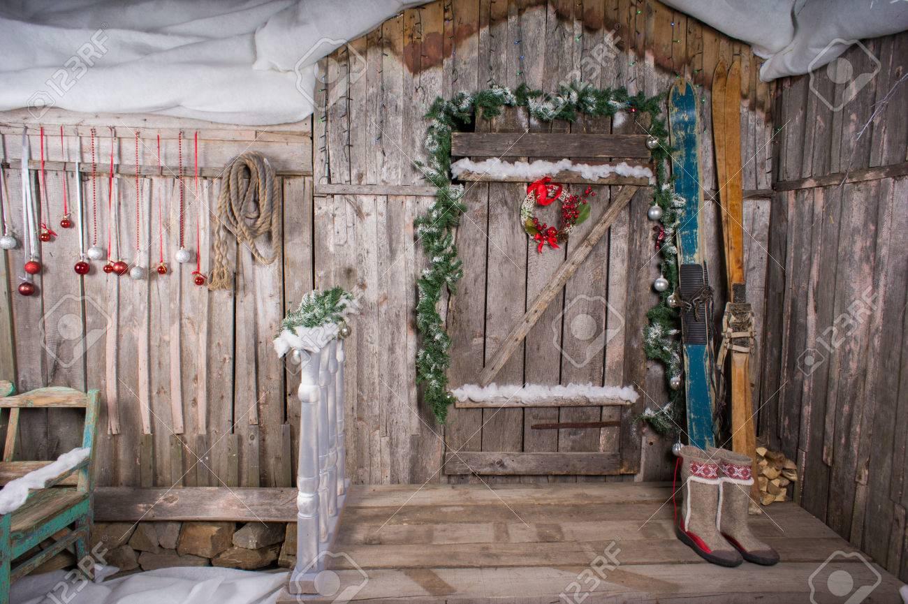 De oude houten chalet met een decoratie achtergrond skiën royalty