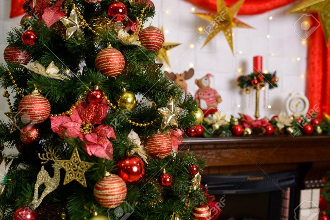 Dekoriertes Weihnachtszimmer Und Ein Schöner Baum, Ein Roter Vorhang ...