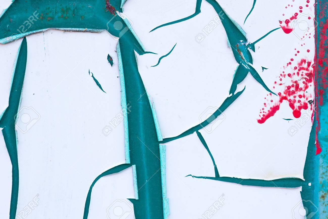 resumen de peeling pintura blanca sobre un fondo azul turquesa con las de color rojo