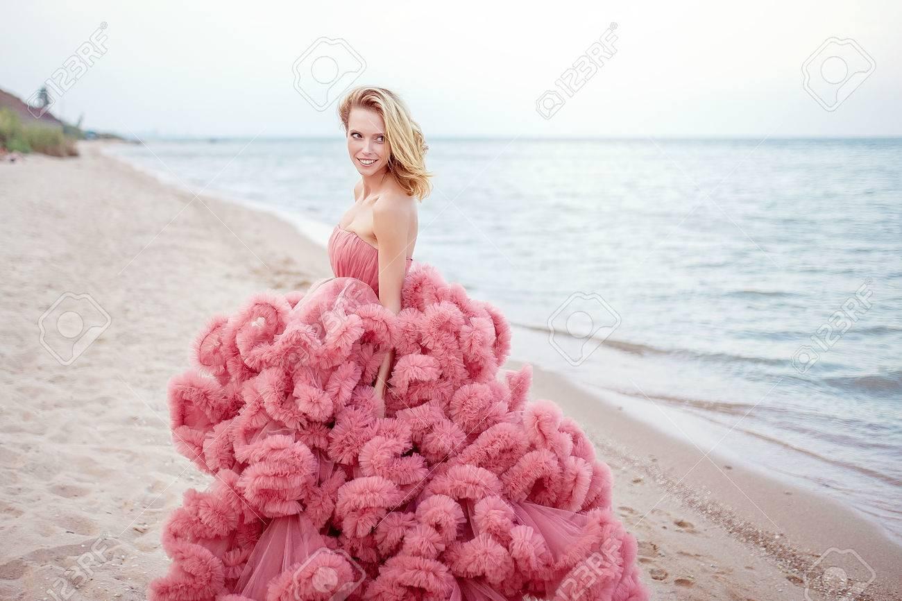 Beauties Blonde Junge Frau Für Lange Erstaunlich Weiß Rosa Hochzeit ...