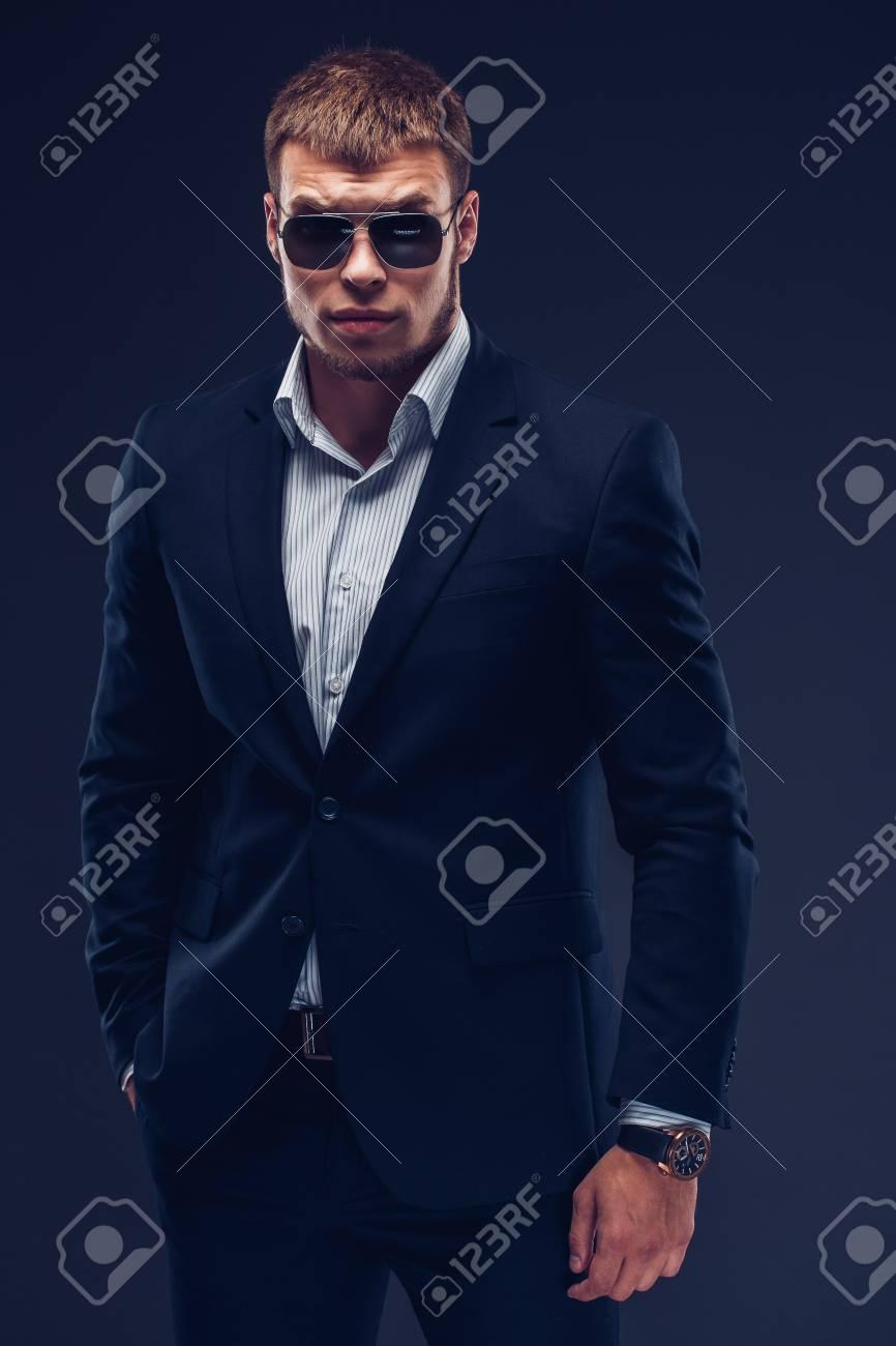 En Moda Oscuro Joven Lujo Gafas SolTraje Sobre De Fondo lFu1c3KTJ5