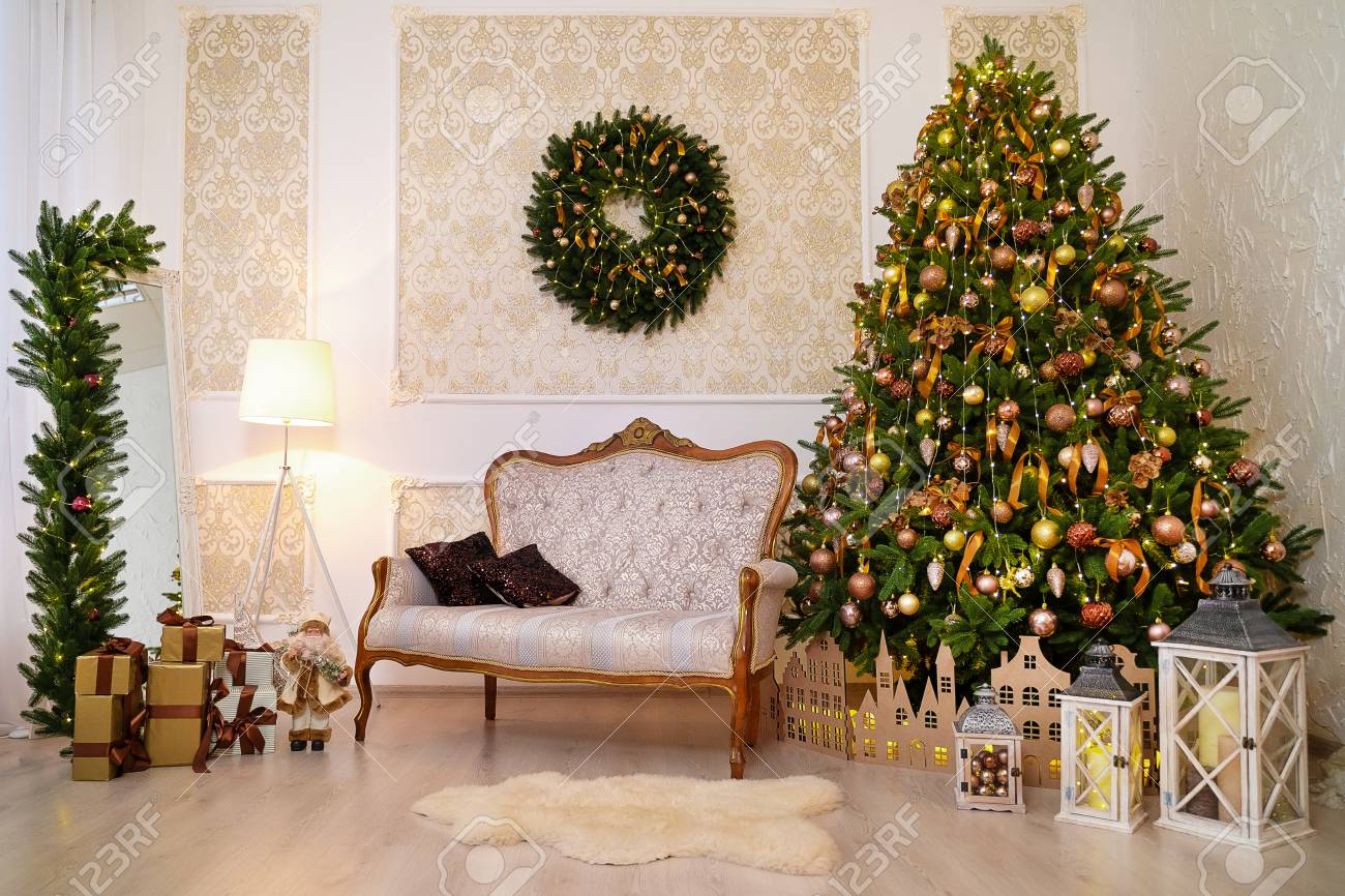 Christmas Decoration Indoors.White And Gold Lovely Christmas Decorations Horizontal Indoors