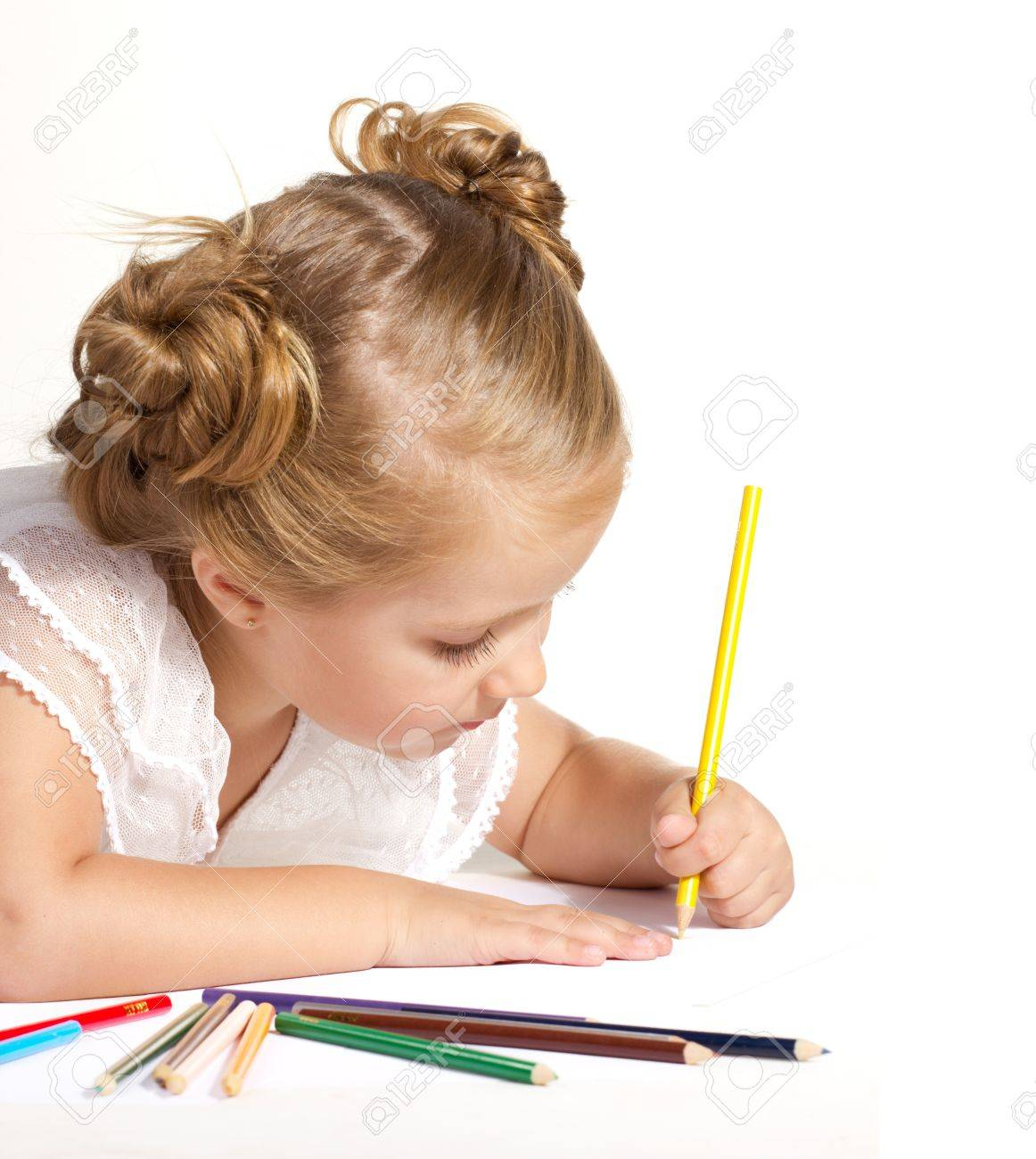 Belle Petite Fille De Dessin Aux Crayons De Couleur Isolé Sur Blanc
