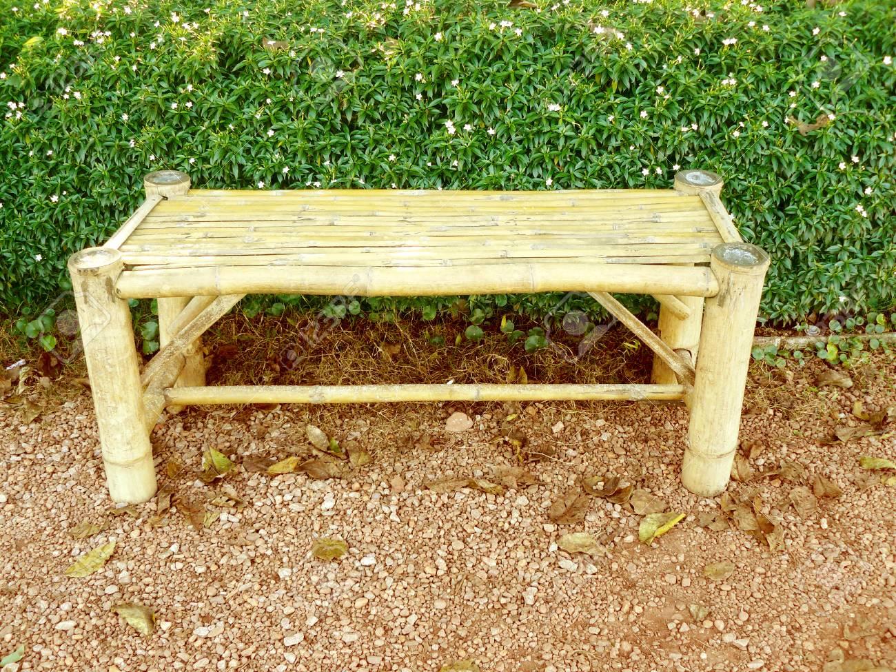Un Vieux Banc De Bambou Patiné Dans Le Jardin Avec Une Haie En Toile ...