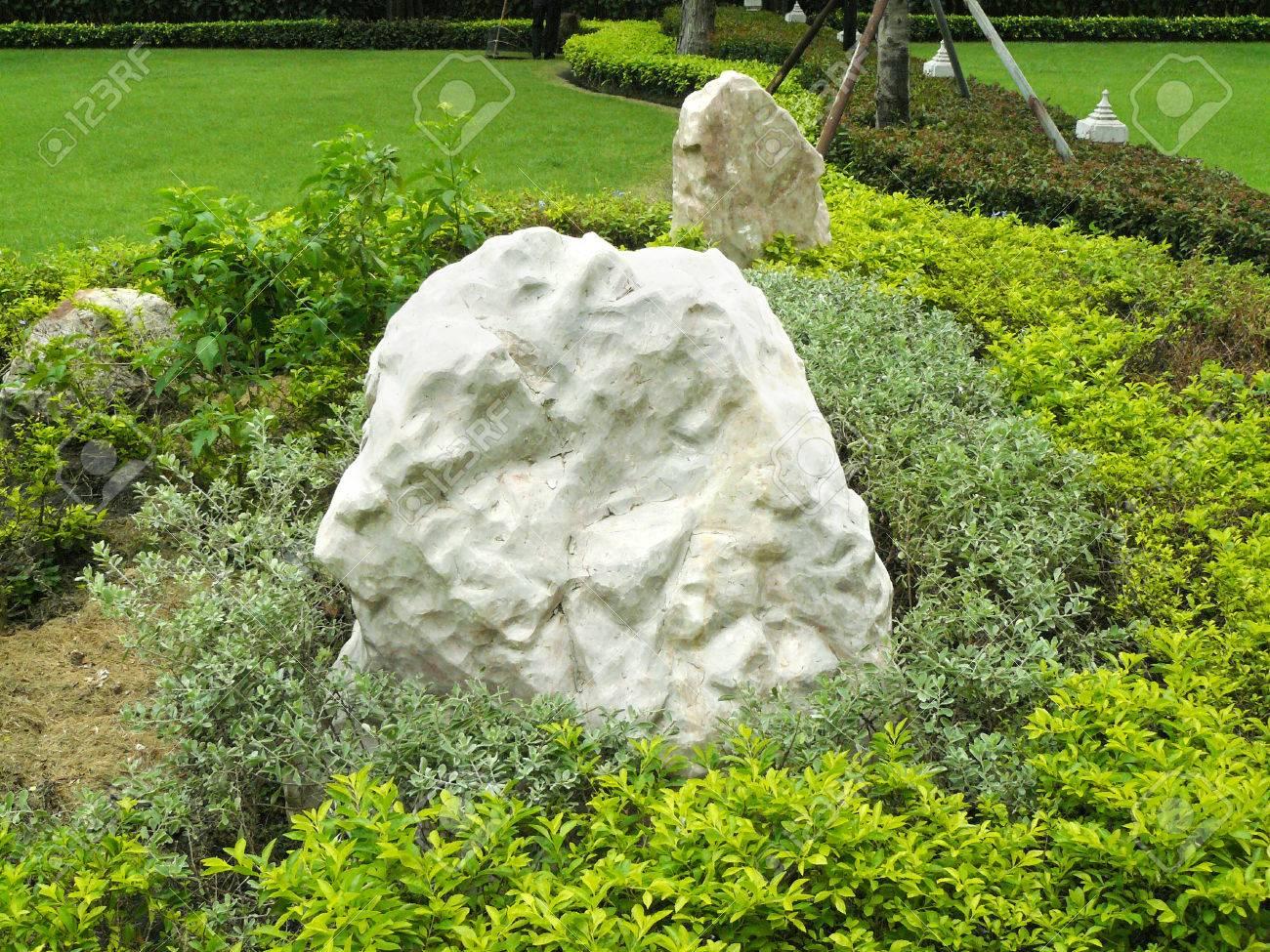 Rocce In Giardino.Giardino In Pietra Il Grande Masso E Stato Messo Nel Giardino Con Piante Verdi La Grande Roccia Calcarea Per Un Bel Giardino Decorato