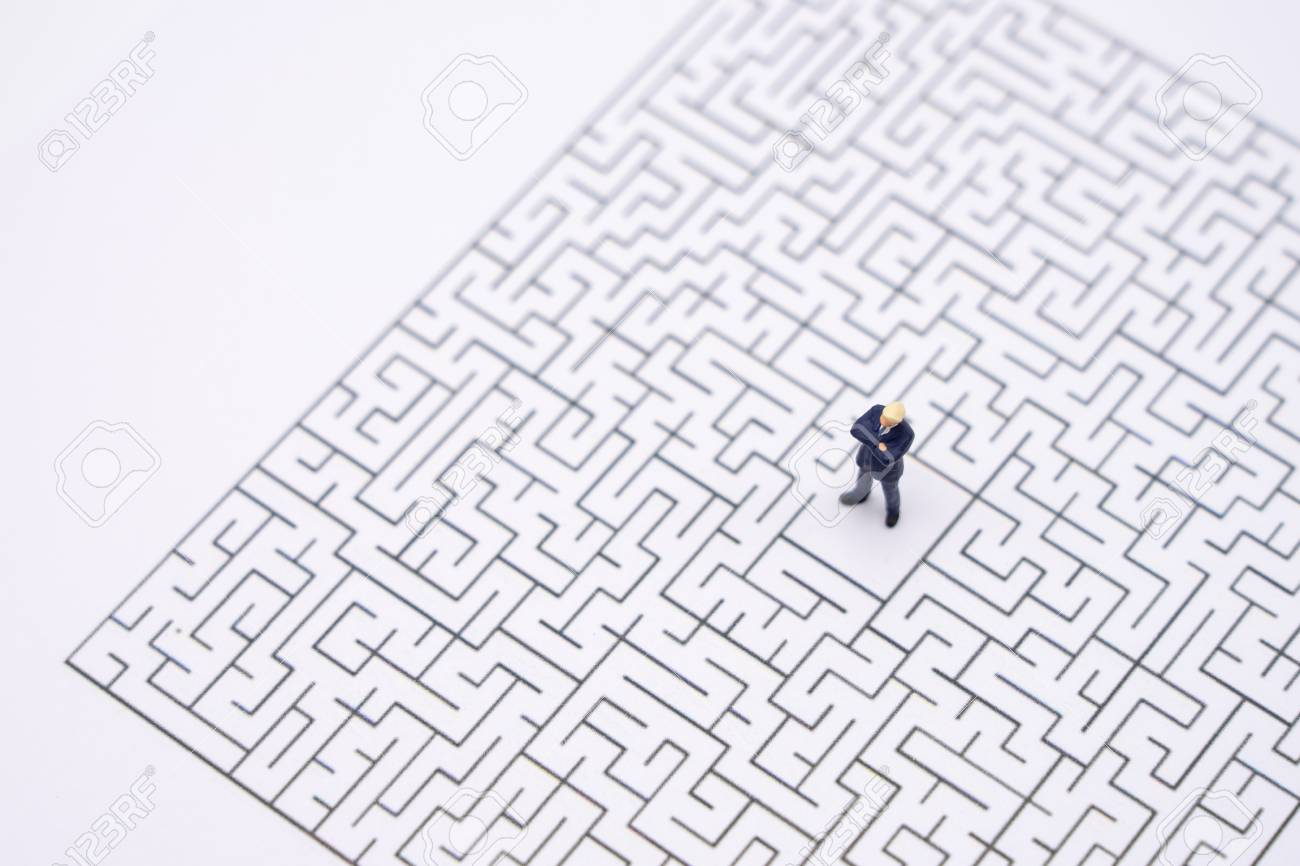 Miniature people businessmen standing in the center of the maze. Business Idea Concepts Troubleshooting Analysis of problems to find solutions. - 119534172