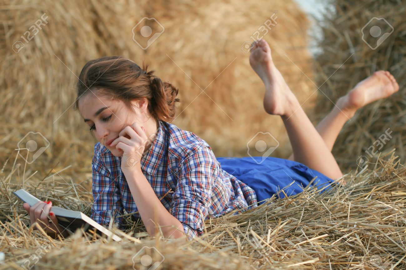 https://previews.123rf.com/images/zateychuk/zateychuk1206/zateychuk120600007/14198520-Country-girl-reading-book-lying-at-haystack-Stock-Photo.jpg