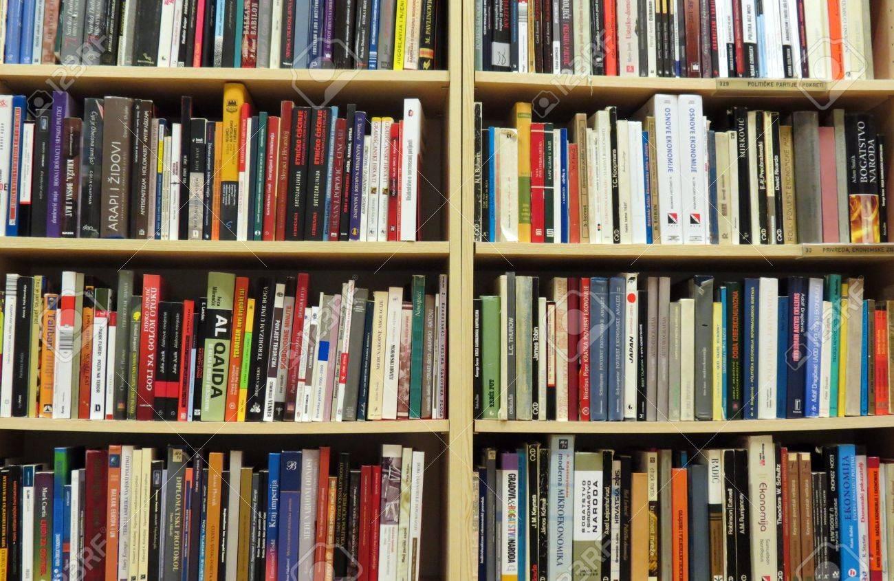 Книжная полка в библиотеке с многих книг фотография, картинк.