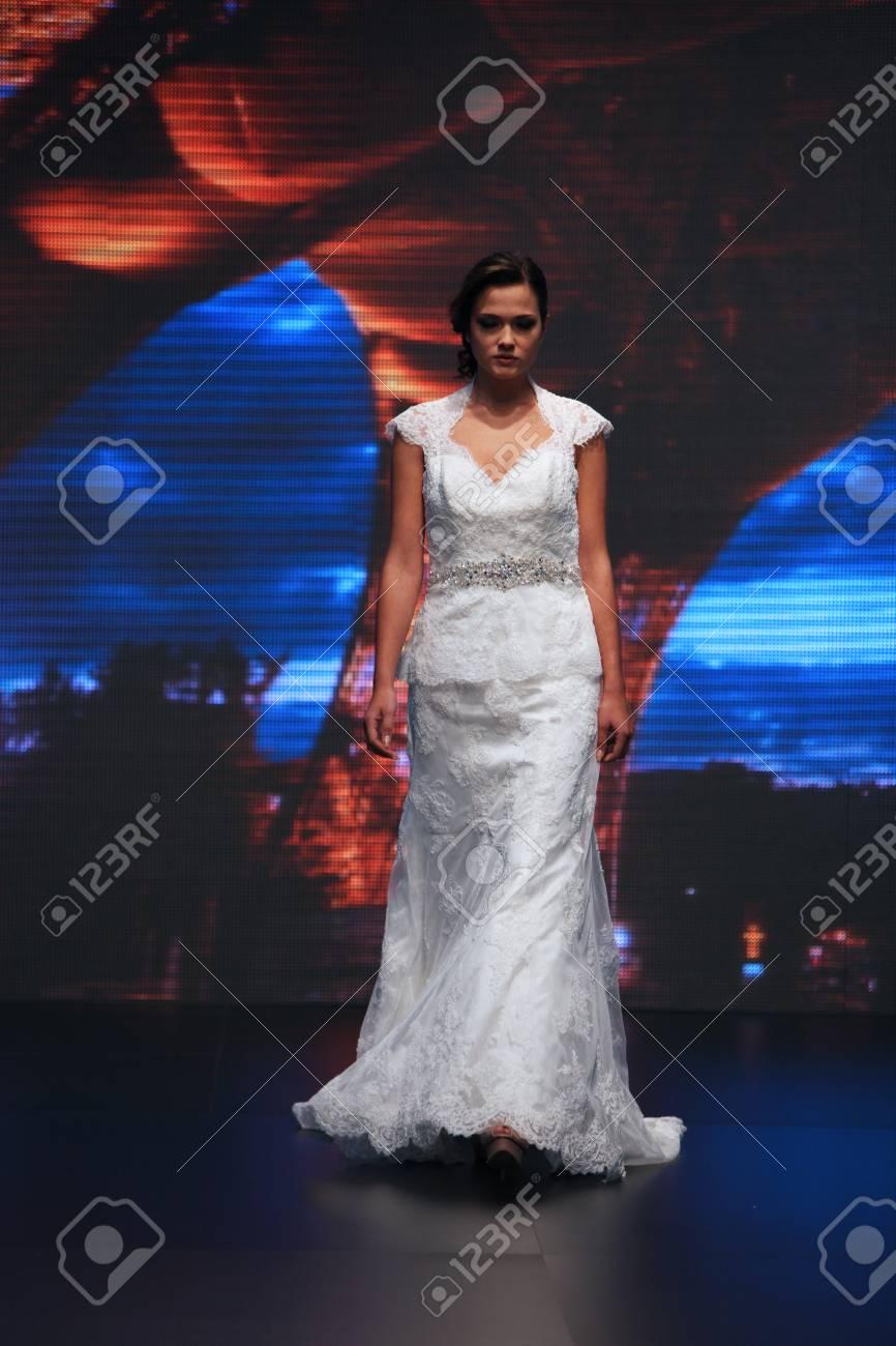 Fashion Model Porte Robe Faite Par Nancy Les Jours De Mariage Emission 04 Octobre 2013 A Zagreb Croatie