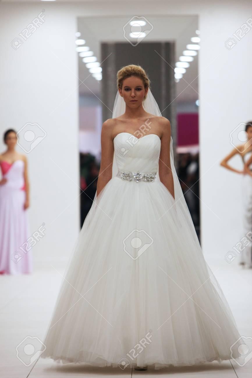 B Espectáculo En Vestido Novia El Modelo Zagrebcroacia12