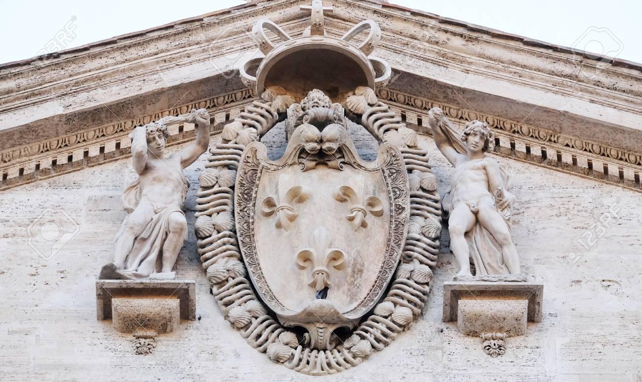 Armoiries De La France Sur La Façade De L'église Saint-Louis Des Français - Église  Saint-Louis Des Français, Rome, Italie Banque D'Images Et Photos Libres De  Droits. Image 78137584.