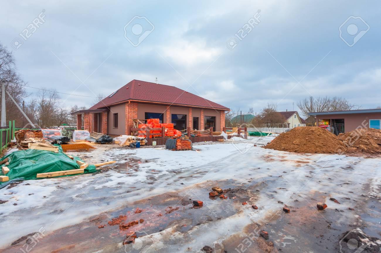 Das Moderne Haus Mit Terrasse Befindet Sich Im Bau (Renovierung) Und ...