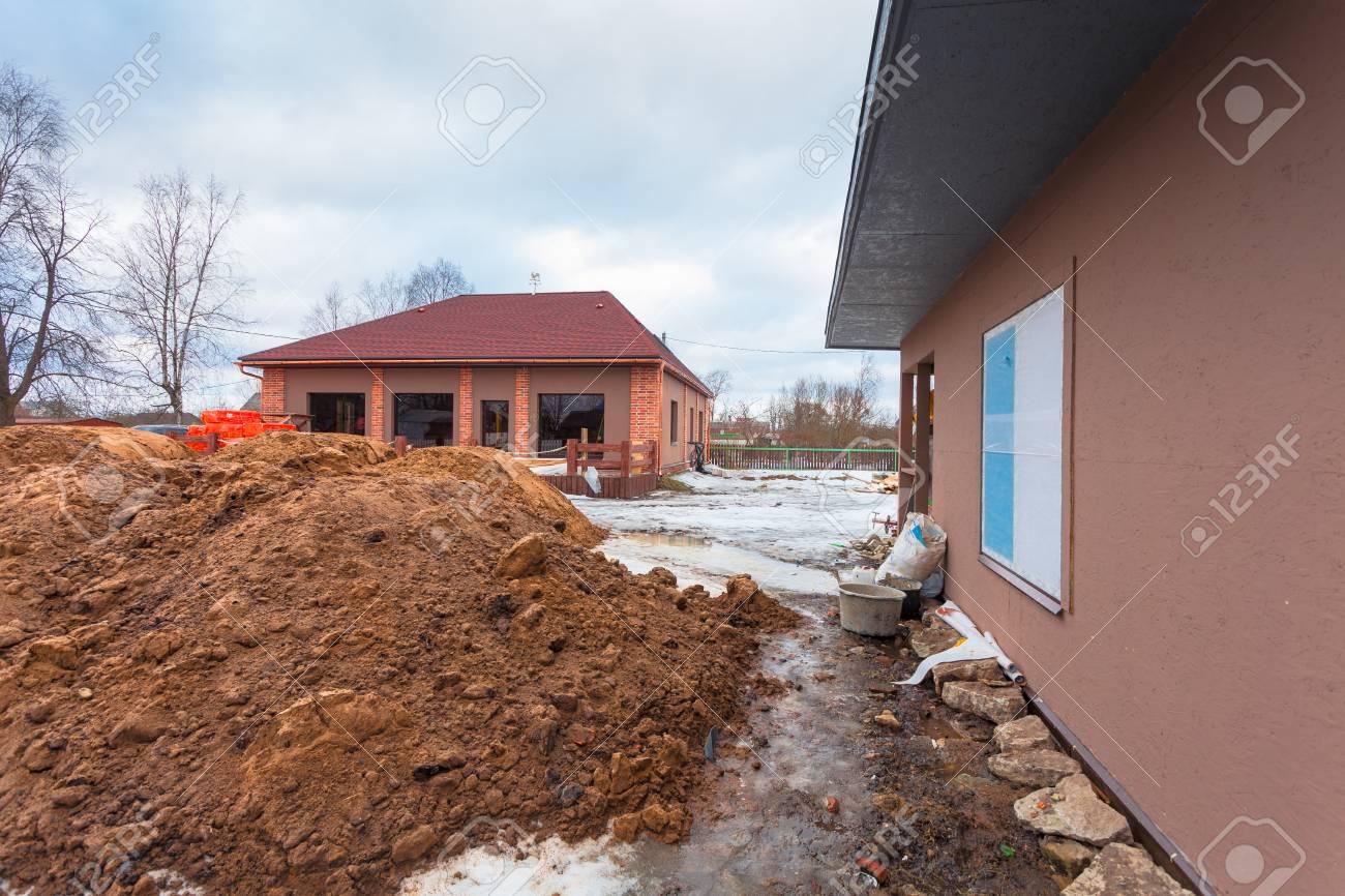 La Casa Moderna Con Terraza Está En Construcción Remodelación Y Material De Construcción Para La Renovación Están Fuera