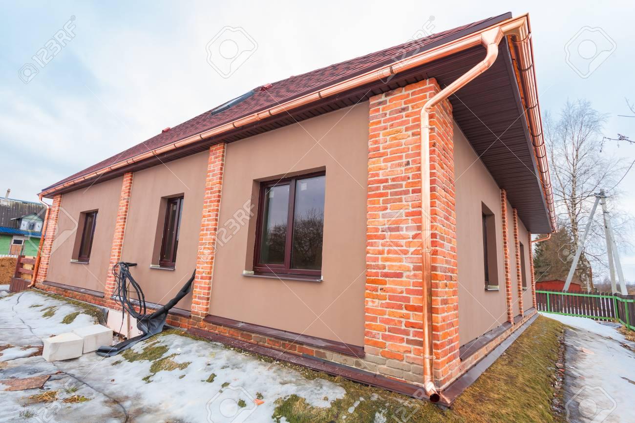 La maison moderne avec terrasse est en construction (remodelage) et les  matériaux de construction à rénover sont à l\'extérieur