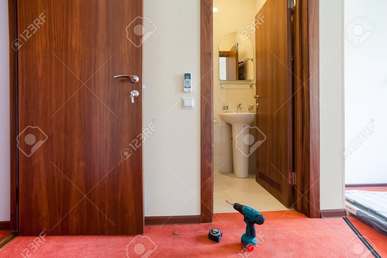 Fußboden Für Wohnung ~ Bohrgerät und maßband sind auf dem fußboden der wohnung im hotel
