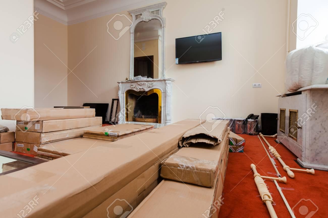 Programma Tv Ristrutturazione Casa materiali da costruzione, mobili, tv e telefono sono sul pavimento in  appartamento con camino retrò dell'hotel in fase di ristrutturazione,