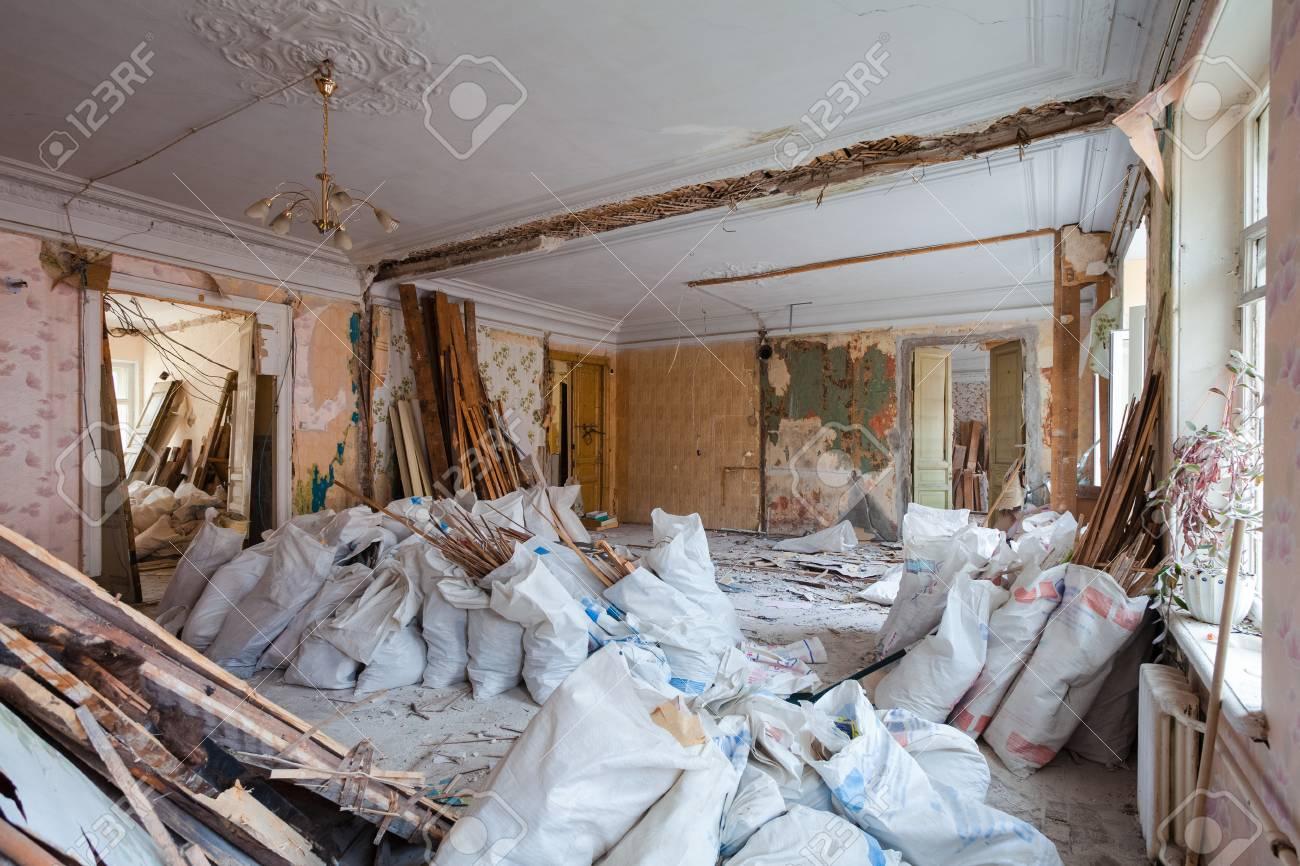 Vue de la chambre vintage avec fretwork au plafond de l\'appartement et  rétro chandelier en cours de rénovation, de rénovation et de construction.  ...