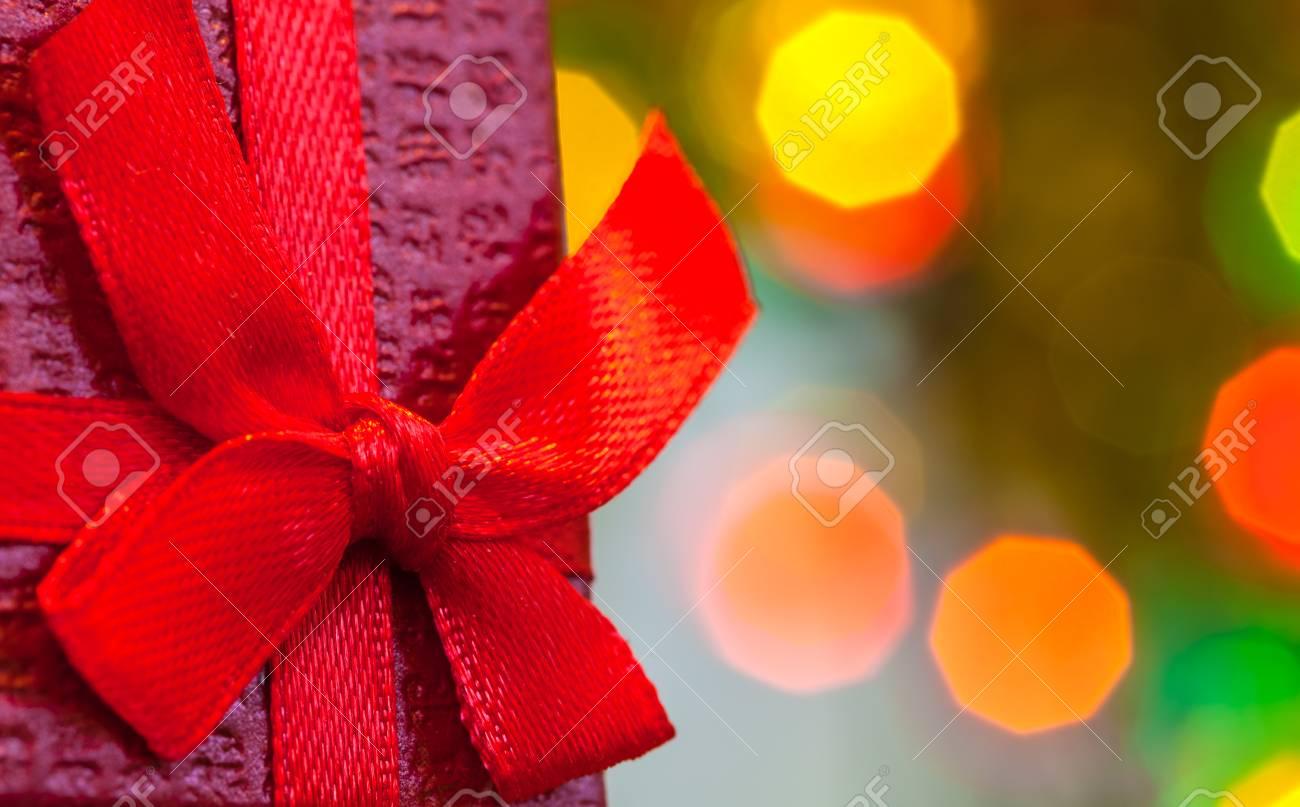 Box Mit Weihnachtsgeschenk Mit Roter Schleife Und Weihnachten Bokeh ...