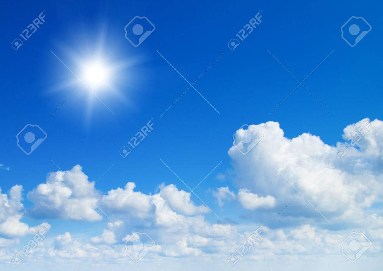 夏の昼間の太陽に輝いて。青い空と雲。 の写真素材・画像素材 Image ...