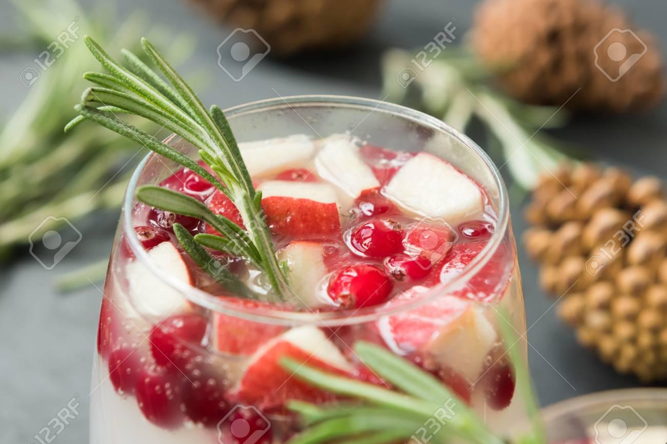 Weihnachten Hausgemachte Sangria Mit Preiselbeeren, Äpfeln Und ...
