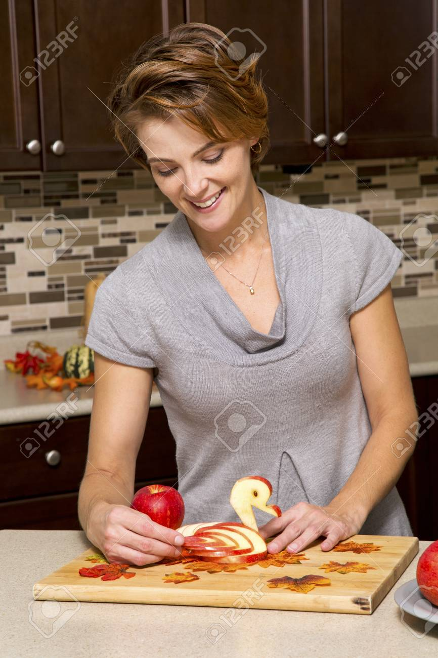 Caucasica Donna Preparando Decorazioni Mela Thanksigiving In Cucina ...