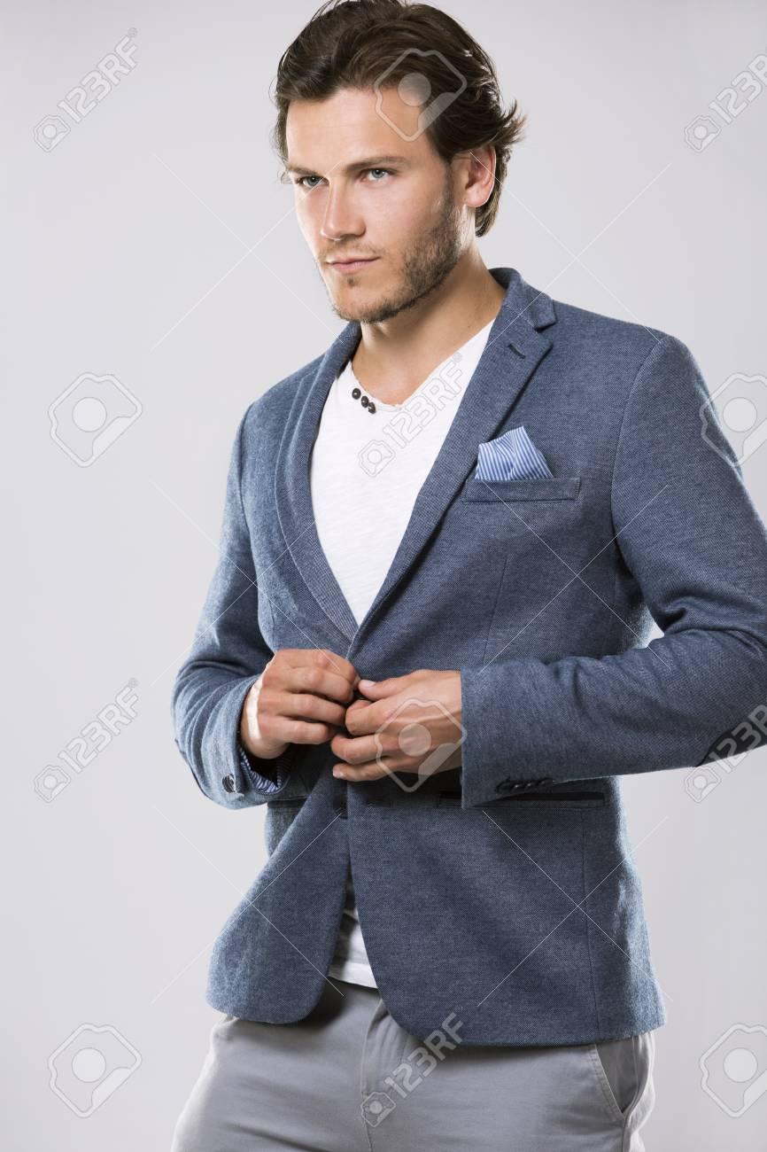 Clair Veste Élégante Homme Mode À D'un Sur Avec Dans Une Coiffure La Fond Bel Portrait pLzMVUGjqS