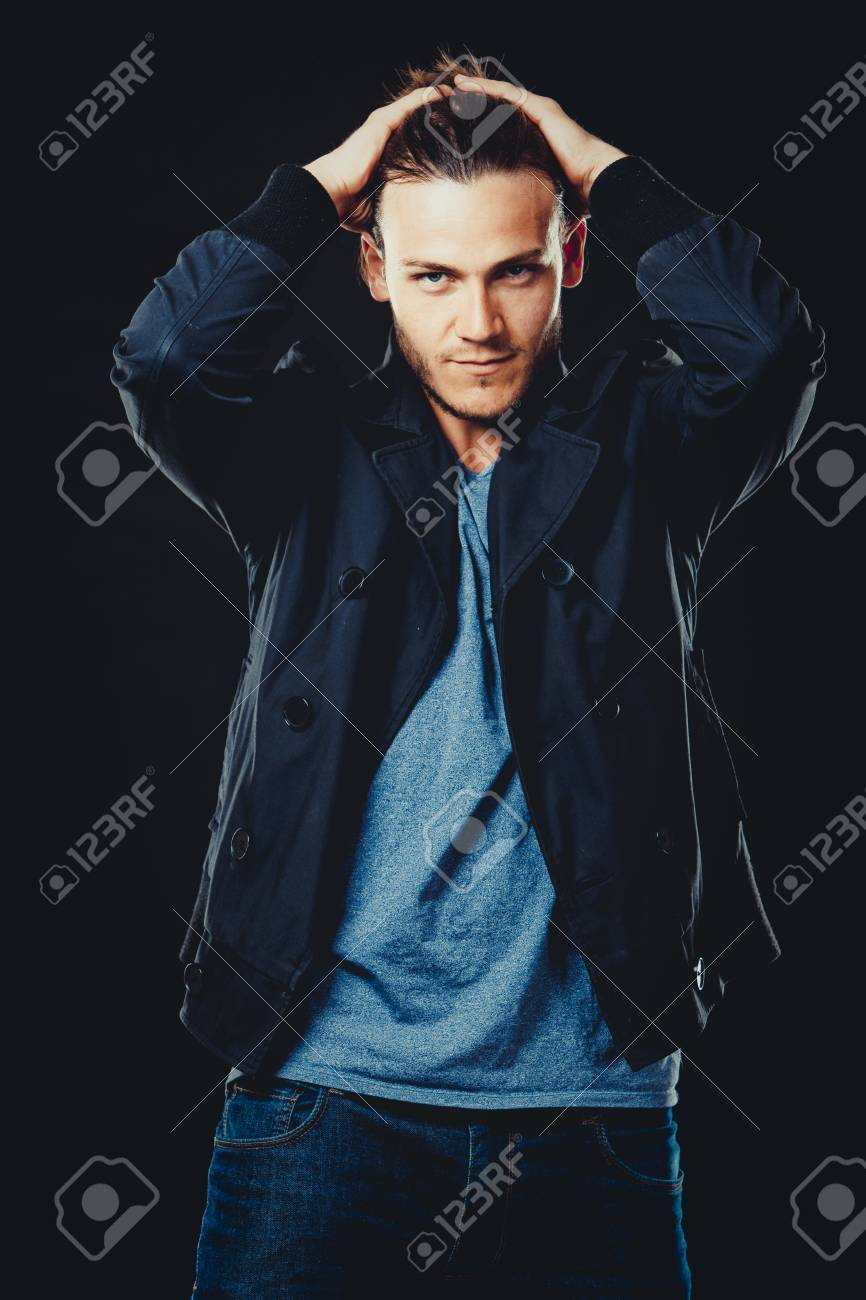 blaues shirt schwarze jacke