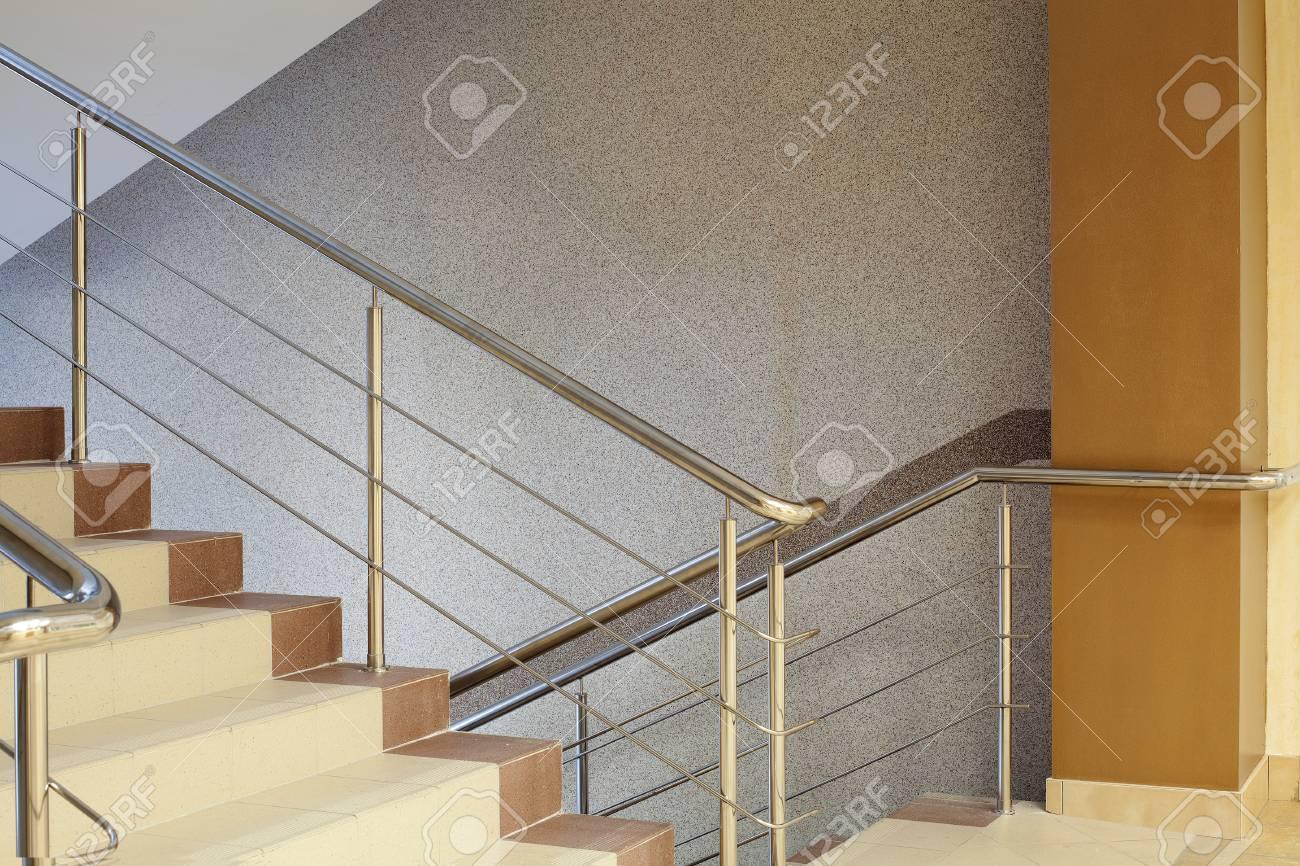 Intérieur. Escalier Brown Avec Garde-corps En Métal, Mur Gris Banque ...