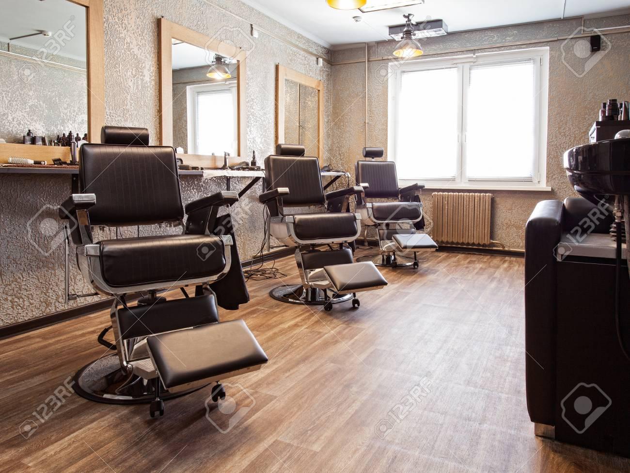 Salon de coiffure. Intérieur d\'un salon de coiffure, fauteuils et miroirs