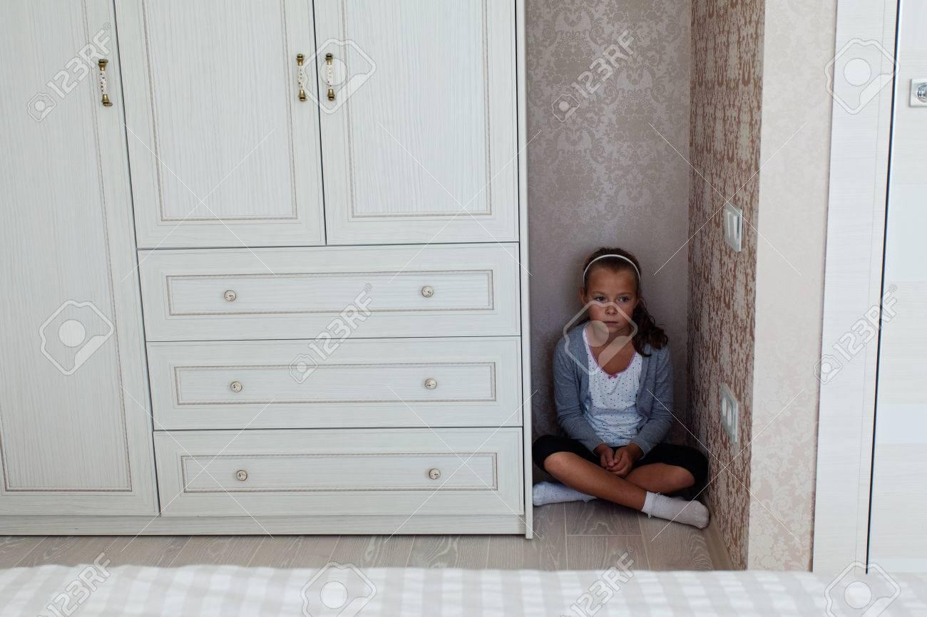 Kleine Geschadigte Madchen In Der Ecke Ihres Zimmers Hinter Dem