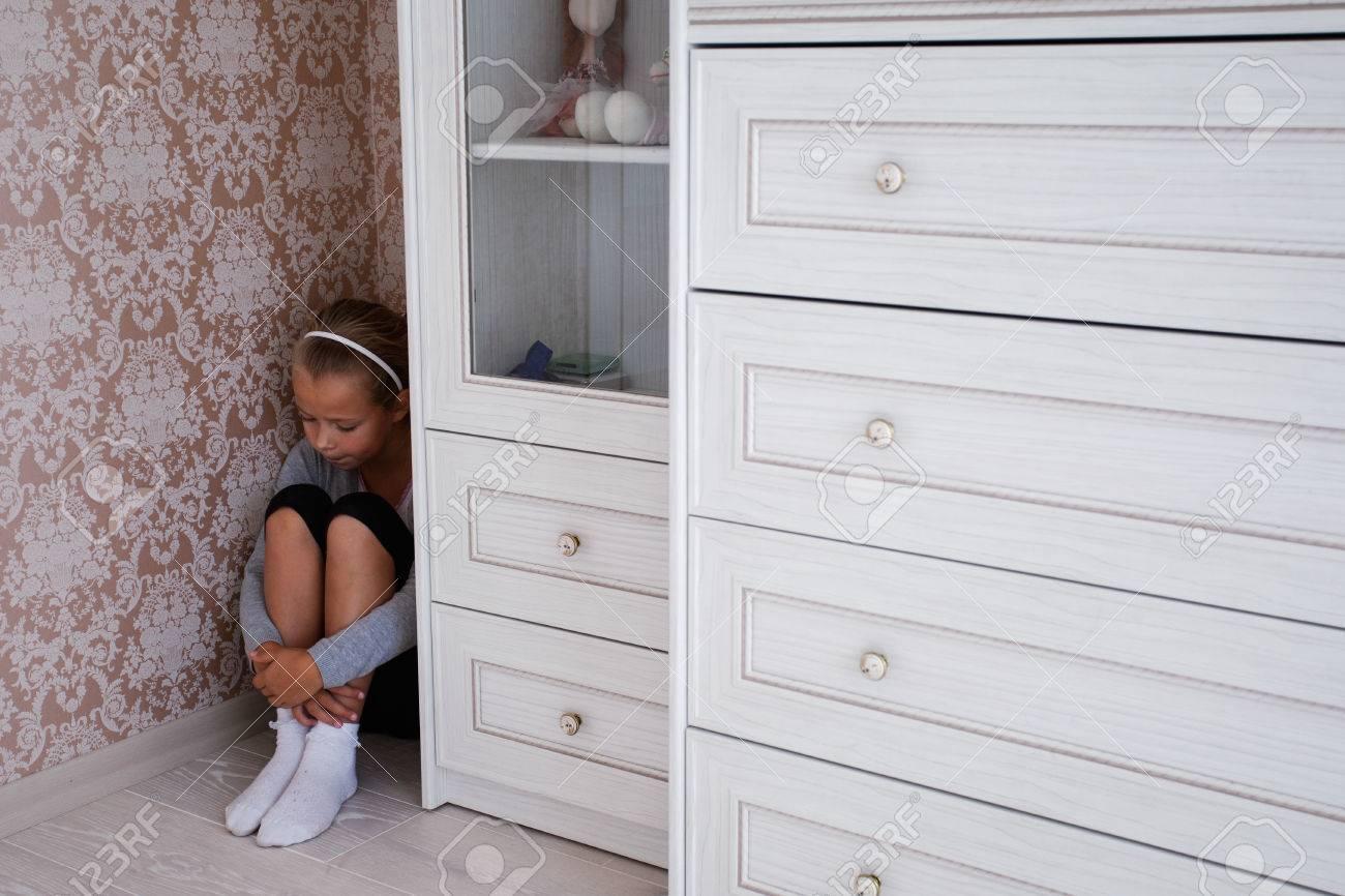 Kleines Trauriges Madchen Das In Der Ecke Ihres Raumes Hinter Dem