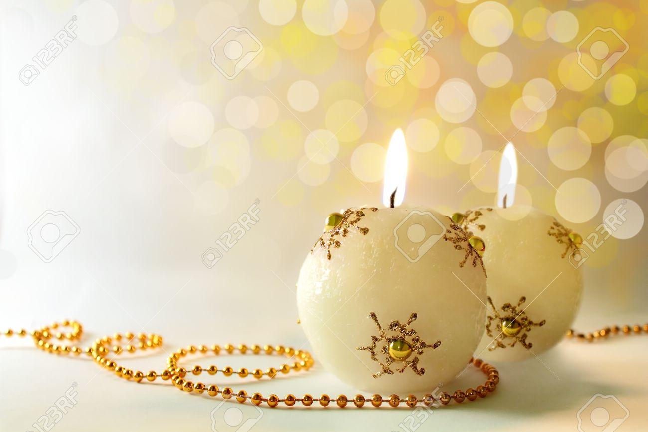 Sfondi Natalizi Oro.Cartolina Di Natale Due Candele Accese Festa D Oro Su Uno Sfondo Bianco Bokeh Profondita Di Campo