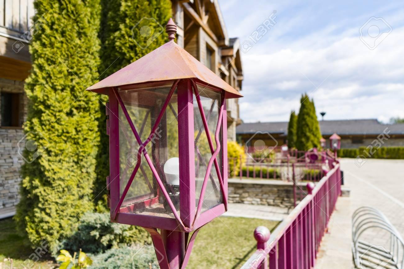 Licht Kandelaber Auf Zaun Vor Stadtischen Haus Lizenzfreie Fotos