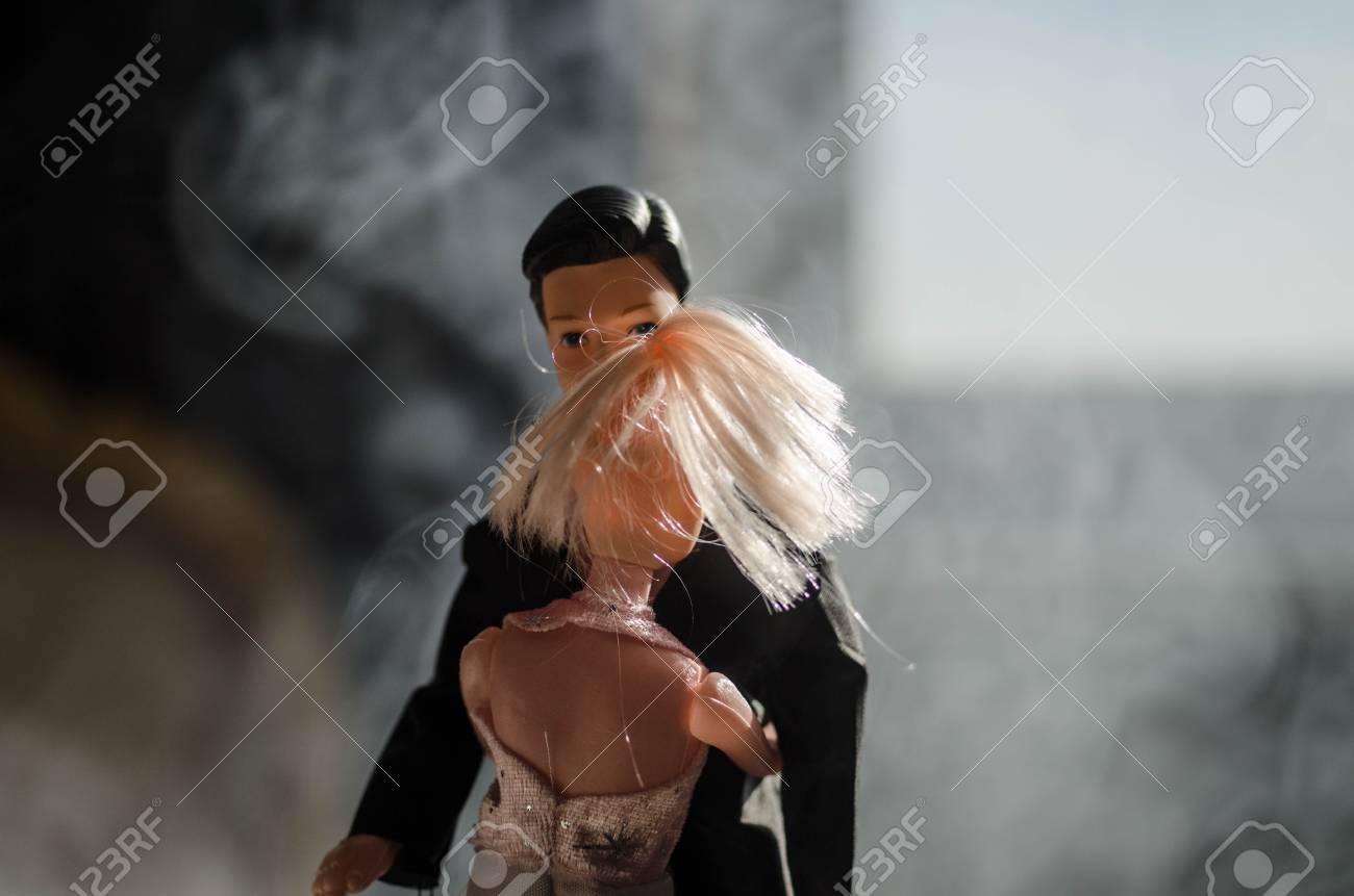 Puppe Hochzeitspaar Drinnen Umarmt Sich Gegenseitig. Schöne Modell ...