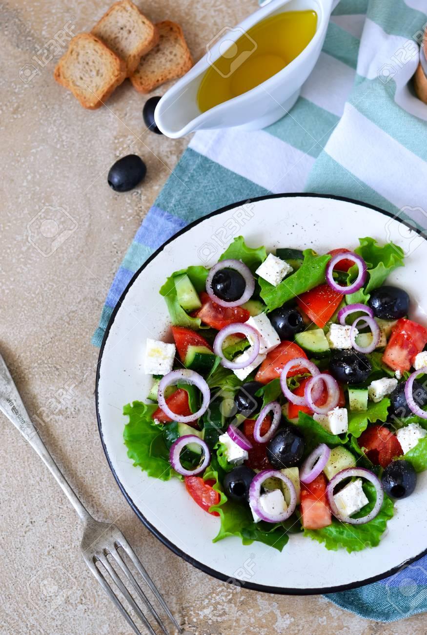 Salade Grecque Classique Avec Sauce Sur Un Fond De Beton Cuisine