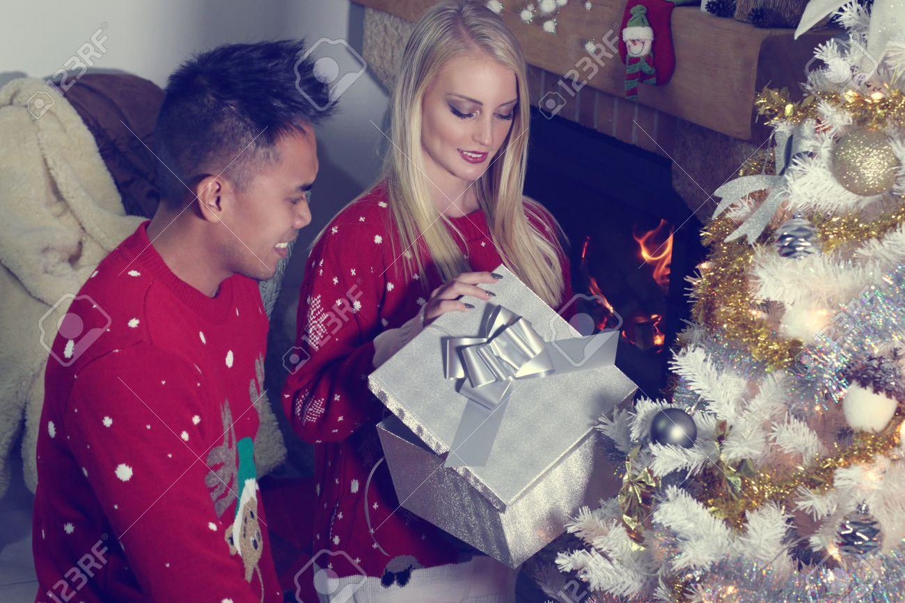 Junge Gemischte Paare öffnet Ein Weihnachtsgeschenk Lizenzfreie ...
