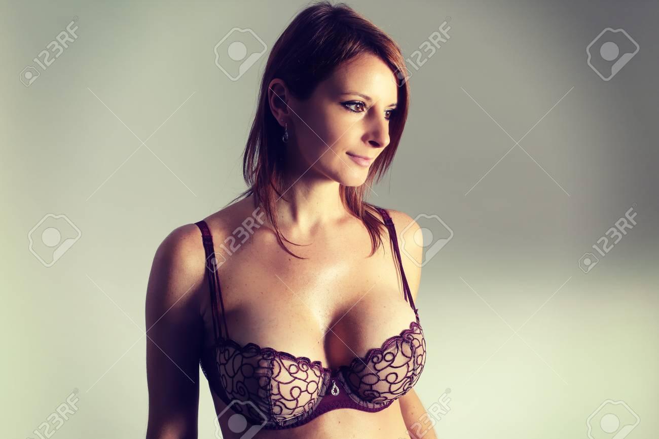 Busty Lady Posando En Lenceria Foto De Archivo 72283596