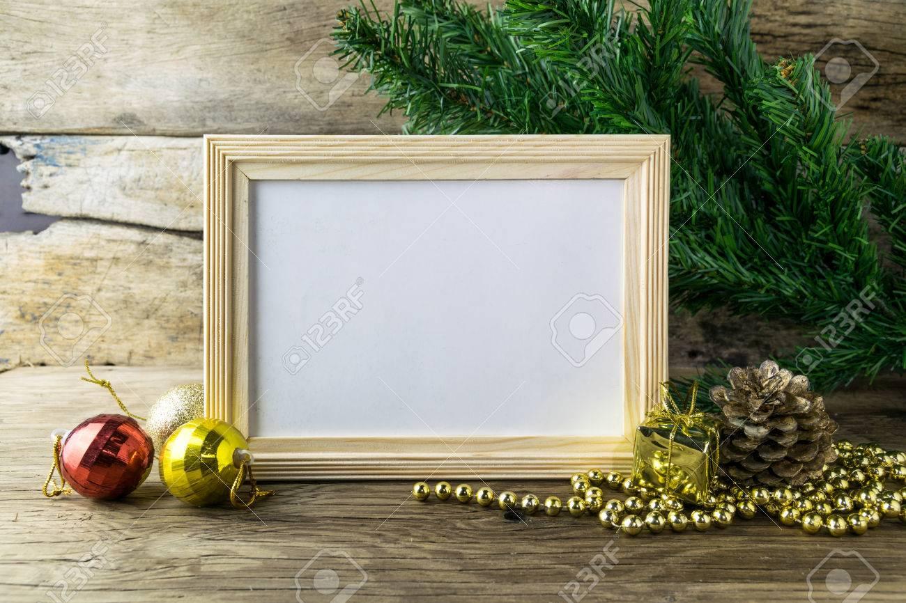 Bilderrahmen Und Weihnachtsschmuck Auf Alten Hölzernen Hintergrund ...