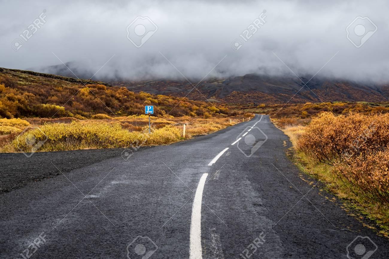 Leere Strasse In Den Bergen Und Majestatischen Nebel Schone