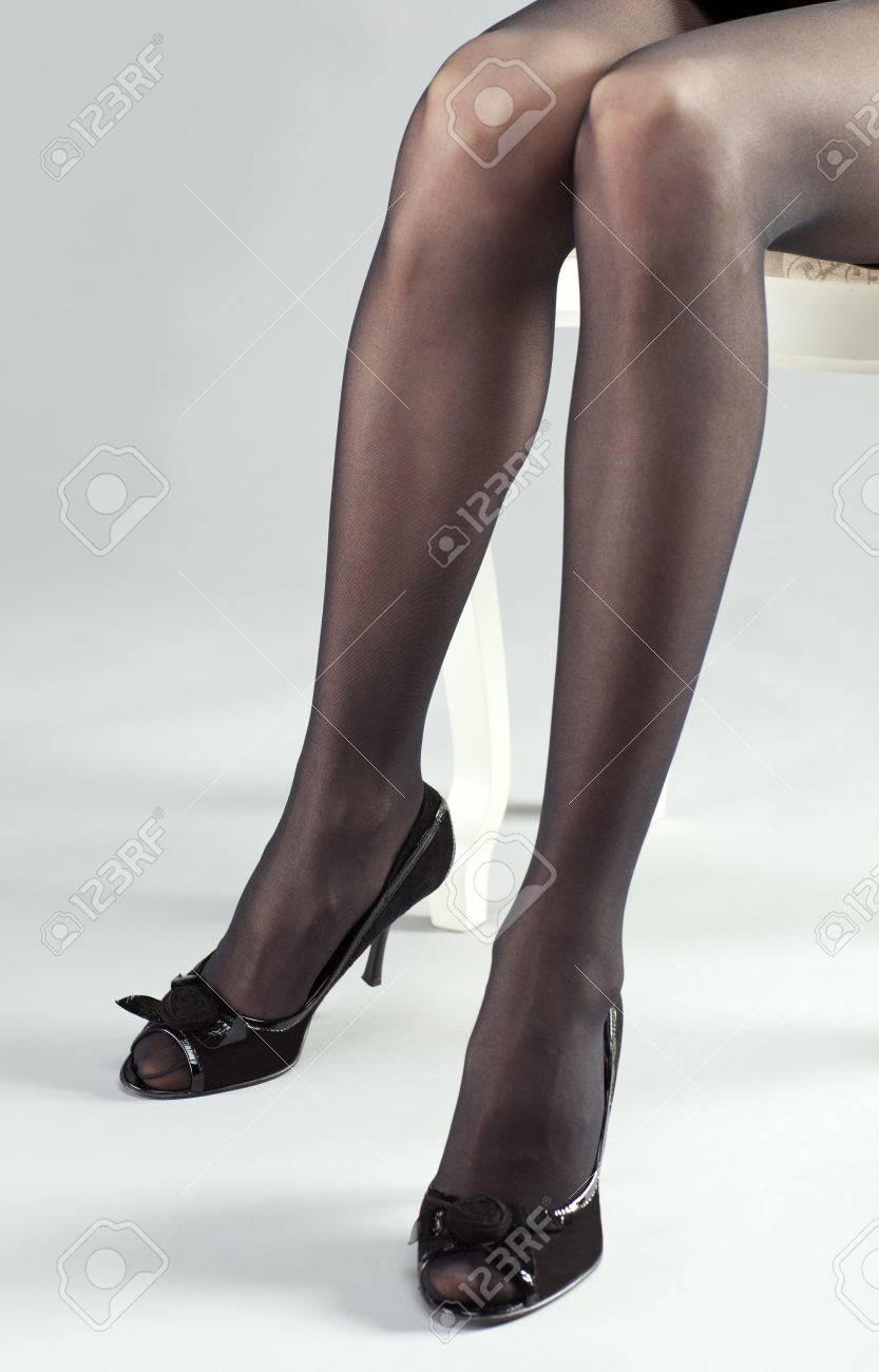 Joven Que Largas Zapatos Medias Las De Mujer Alto Tacón Una Piernas Y Negras Llevaba FTKcJ1l